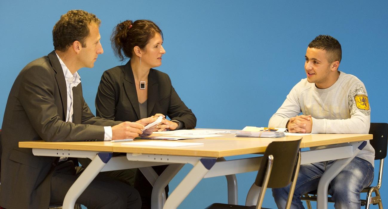 Twee professionals leren een VMBO-leerling de fijne kneepjes van het solliciteren.