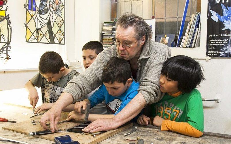 Kinderen leren het edele vak van timmerman.